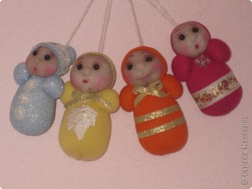 Вот таких куколок я сделала по МК Лидии,за что ей большое спасибо!Доченька моя приболела и я ,сидя всю ночь возле ее кроватки, шила этих куколок.Туловище у них из коробочек от киндеров. фото 1