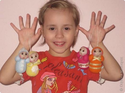 Вот таких куколок я сделала по МК Лидии,за что ей большое спасибо!Доченька моя приболела и я ,сидя всю ночь возле ее кроватки, шила этих куколок.Туловище у них из коробочек от киндеров. фото 2