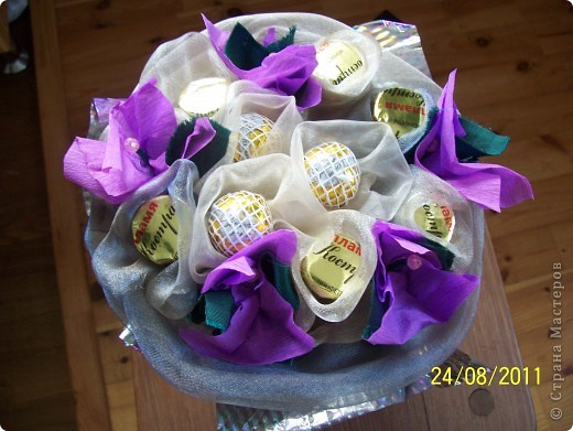 Букеты из конфет заворожили нас сразу.Так красиво и оригинально! Попробовали сделать свой первый букетик..... и вот что получилось. фото 1