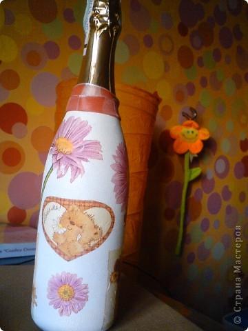 Вот такой вот подарочек на ДР подруги получился. После прошлого опыта оклеивания всей бутылки, решила что нужно попробывать частично.  фото 3