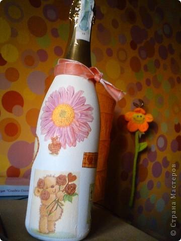 Вот такой вот подарочек на ДР подруги получился. После прошлого опыта оклеивания всей бутылки, решила что нужно попробывать частично.  фото 1