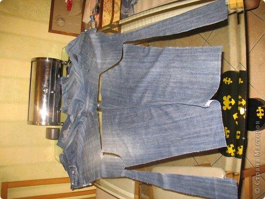 """Очень многие перешивают старые джинсы кому во что удобно. Мне удобно перешивать их в брючки для моих деток. Я многодетная мама,на мальчишках штаны просто горят, купить дешевые с торчащими во все стороны нитками и чудовищными безвкусными аппликациями не поднимается рука,а дорогих для мальчишеских дел не напокупаешься...вот и приноровилась))) Кроме того,я учитываю все то,что на мой взгляд, часто игнорируют производители детской одежды-комфорт ребенка...ну неудобны малюсенькие кармашки и жесткие пояса, не может маленький ребенок в садике самостоятельно застегнуть металлическую молнию и тугую пуговицу...ну и получается,что ходить ему до школы в трениках? А ведь хочется одеть и модно и удобно...вот и родилась у меня такая вот технология """"переработки"""" стареньких брюк в обновы. Все предельно просто,нет никаких сложных узлов и специальных материалов. Запасаемся только фантазией и аккуратностью)))))  фото 2"""