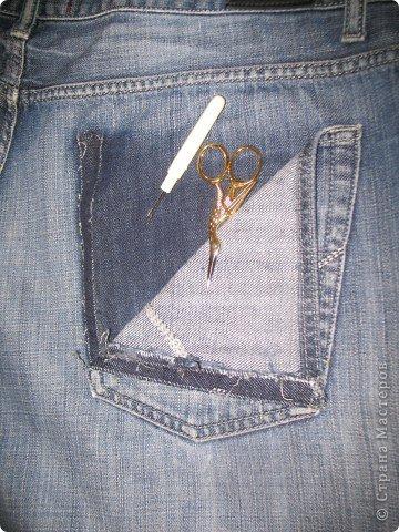 """Очень многие перешивают старые джинсы кому во что удобно. Мне удобно перешивать их в брючки для моих деток. Я многодетная мама,на мальчишках штаны просто горят, купить дешевые с торчащими во все стороны нитками и чудовищными безвкусными аппликациями не поднимается рука,а дорогих для мальчишеских дел не напокупаешься...вот и приноровилась))) Кроме того,я учитываю все то,что на мой взгляд, часто игнорируют производители детской одежды-комфорт ребенка...ну неудобны малюсенькие кармашки и жесткие пояса, не может маленький ребенок в садике самостоятельно застегнуть металлическую молнию и тугую пуговицу...ну и получается,что ходить ему до школы в трениках? А ведь хочется одеть и модно и удобно...вот и родилась у меня такая вот технология """"переработки"""" стареньких брюк в обновы. Все предельно просто,нет никаких сложных узлов и специальных материалов. Запасаемся только фантазией и аккуратностью)))))  фото 3"""