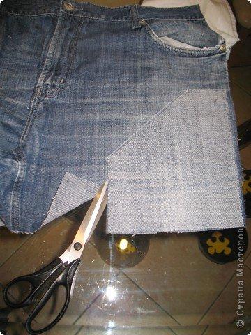 """Очень многие перешивают старые джинсы кому во что удобно. Мне удобно перешивать их в брючки для моих деток. Я многодетная мама,на мальчишках штаны просто горят, купить дешевые с торчащими во все стороны нитками и чудовищными безвкусными аппликациями не поднимается рука,а дорогих для мальчишеских дел не напокупаешься...вот и приноровилась))) Кроме того,я учитываю все то,что на мой взгляд, часто игнорируют производители детской одежды-комфорт ребенка...ну неудобны малюсенькие кармашки и жесткие пояса, не может маленький ребенок в садике самостоятельно застегнуть металлическую молнию и тугую пуговицу...ну и получается,что ходить ему до школы в трениках? А ведь хочется одеть и модно и удобно...вот и родилась у меня такая вот технология """"переработки"""" стареньких брюк в обновы. Все предельно просто,нет никаких сложных узлов и специальных материалов. Запасаемся только фантазией и аккуратностью)))))  фото 4"""