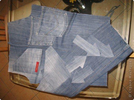 """Очень многие перешивают старые джинсы кому во что удобно. Мне удобно перешивать их в брючки для моих деток. Я многодетная мама,на мальчишках штаны просто горят, купить дешевые с торчащими во все стороны нитками и чудовищными безвкусными аппликациями не поднимается рука,а дорогих для мальчишеских дел не напокупаешься...вот и приноровилась))) Кроме того,я учитываю все то,что на мой взгляд, часто игнорируют производители детской одежды-комфорт ребенка...ну неудобны малюсенькие кармашки и жесткие пояса, не может маленький ребенок в садике самостоятельно застегнуть металлическую молнию и тугую пуговицу...ну и получается,что ходить ему до школы в трениках? А ведь хочется одеть и модно и удобно...вот и родилась у меня такая вот технология """"переработки"""" стареньких брюк в обновы. Все предельно просто,нет никаких сложных узлов и специальных материалов. Запасаемся только фантазией и аккуратностью)))))  фото 5"""