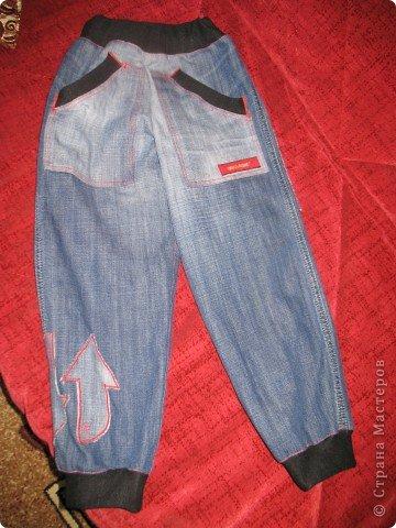 """Очень многие перешивают старые джинсы кому во что удобно. Мне удобно перешивать их в брючки для моих деток. Я многодетная мама,на мальчишках штаны просто горят, купить дешевые с торчащими во все стороны нитками и чудовищными безвкусными аппликациями не поднимается рука,а дорогих для мальчишеских дел не напокупаешься...вот и приноровилась))) Кроме того,я учитываю все то,что на мой взгляд, часто игнорируют производители детской одежды-комфорт ребенка...ну неудобны малюсенькие кармашки и жесткие пояса, не может маленький ребенок в садике самостоятельно застегнуть металлическую молнию и тугую пуговицу...ну и получается,что ходить ему до школы в трениках? А ведь хочется одеть и модно и удобно...вот и родилась у меня такая вот технология """"переработки"""" стареньких брюк в обновы. Все предельно просто,нет никаких сложных узлов и специальных материалов. Запасаемся только фантазией и аккуратностью)))))  фото 1"""
