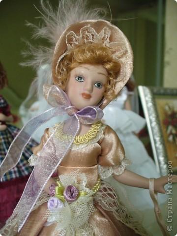 Маргарита Готье. Как обычно внесла в наряд дамы некоторые коррективы. Хотелось приблизить образ куклы к эпохе Готье, турнюры тогда не носили, в моде были кринолины. Добавила пышности юбке, рукава сделала втачными, изменила фасон шляпки и добавила аксессуары в виде сумочки и букетика камелий.  фото 8