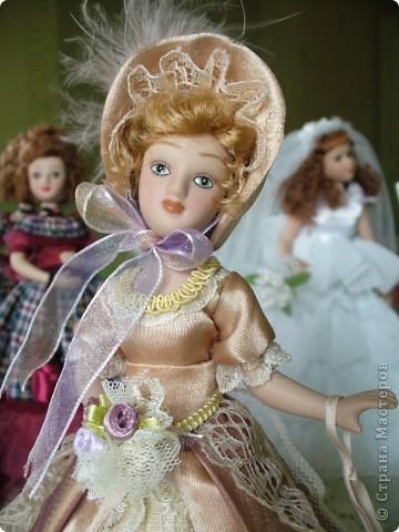 Маргарита Готье. Как обычно внесла в наряд дамы некоторые коррективы. Хотелось приблизить образ куклы к эпохе Готье, турнюры тогда не носили, в моде были кринолины. Добавила пышности юбке, рукава сделала втачными, изменила фасон шляпки и добавила аксессуары в виде сумочки и букетика камелий.  фото 4