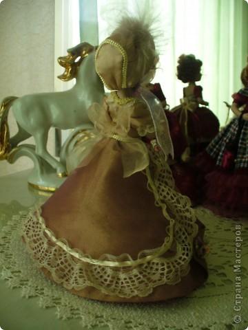Маргарита Готье. Как обычно внесла в наряд дамы некоторые коррективы. Хотелось приблизить образ куклы к эпохе Готье, турнюры тогда не носили, в моде были кринолины. Добавила пышности юбке, рукава сделала втачными, изменила фасон шляпки и добавила аксессуары в виде сумочки и букетика камелий.  фото 11