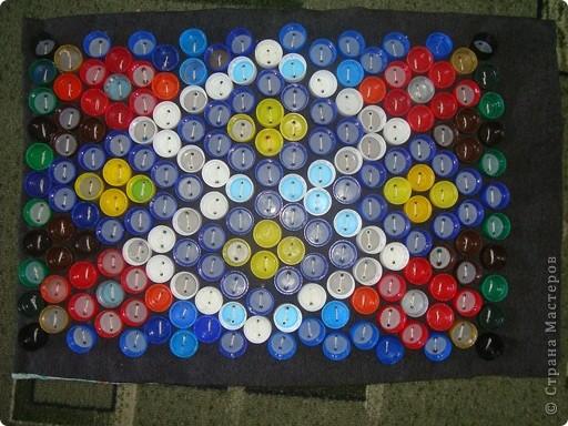 Вот так выглядел наш коврик, когда были пришиты пробки от пластиковых бутылок  фото 1