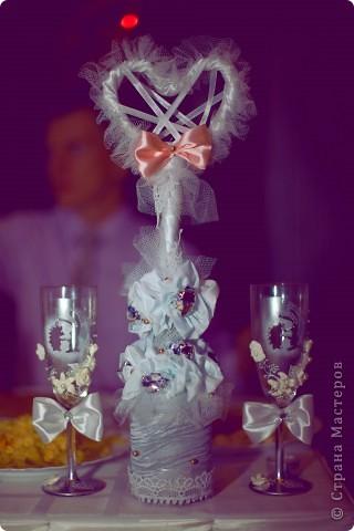 Вот и получили мы фотографии с одной из свадеб! Делюсь и хвастаю. Вот такое деревце я делала на стол молодоженов! И бокальчики!!!! те самые, к семейному очагу и бутылочкам с зайцами и ежами.  фото 1