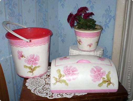 У моей дочери любимый цвет-розовый. И кухня и ванна в розовых тонах. Поэтому и хлебницу ,и ведро , что она просила разукрасить я сделала именно в этом цвете. А кашпо по собственной инициативе изобразила. Очень хотелось сделать порядочное кружево. но не было такой салфетки. поэтому решила нарисовать в стиле шитья, но получилось не очень. фото 1