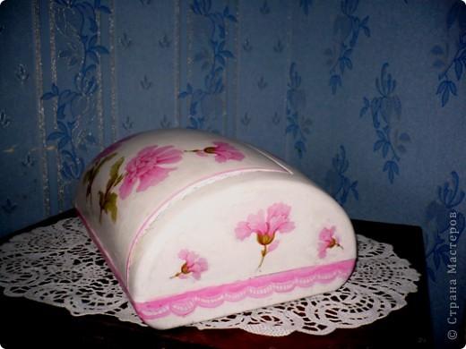 У моей дочери любимый цвет-розовый. И кухня и ванна в розовых тонах. Поэтому и хлебницу ,и ведро , что она просила разукрасить я сделала именно в этом цвете. А кашпо по собственной инициативе изобразила. Очень хотелось сделать порядочное кружево. но не было такой салфетки. поэтому решила нарисовать в стиле шитья, но получилось не очень. фото 3