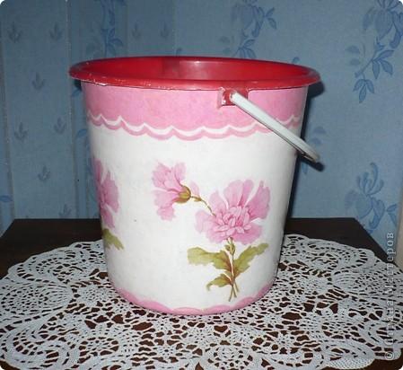 У моей дочери любимый цвет-розовый. И кухня и ванна в розовых тонах. Поэтому и хлебницу ,и ведро , что она просила разукрасить я сделала именно в этом цвете. А кашпо по собственной инициативе изобразила. Очень хотелось сделать порядочное кружево. но не было такой салфетки. поэтому решила нарисовать в стиле шитья, но получилось не очень. фото 4