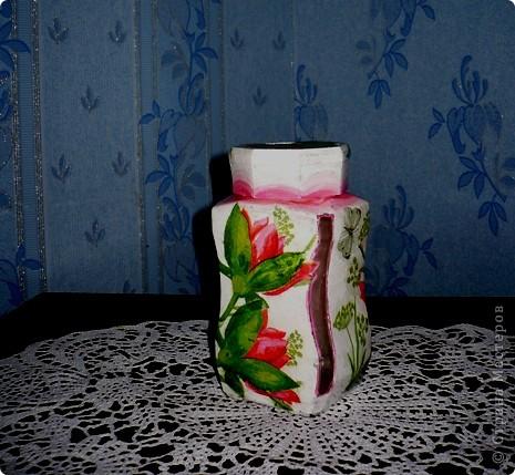 У моей дочери любимый цвет-розовый. И кухня и ванна в розовых тонах. Поэтому и хлебницу ,и ведро , что она просила разукрасить я сделала именно в этом цвете. А кашпо по собственной инициативе изобразила. Очень хотелось сделать порядочное кружево. но не было такой салфетки. поэтому решила нарисовать в стиле шитья, но получилось не очень. фото 7