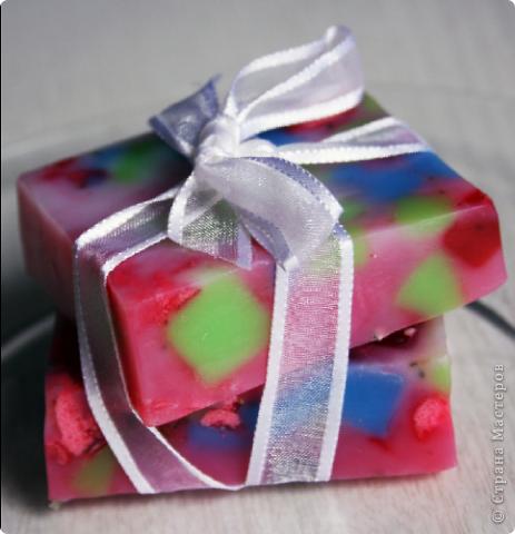 Собираясь на праздник, захватите с собой в подарок кусочек мыла ;)
