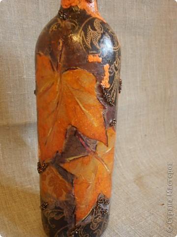 """Бутылочка на юбилей........задумывалась как нечто с эффектом керамики.........но видимо  сама бутылочка решила принарядиться по другому........то есть тон работы задавала сама бутылочка.........и в конце от """"эффекта керамики"""" ничегошеньки не осталось....... фото 2"""