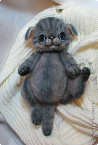 Мило мурлыкающая голубоглазая малышка, так нуждается в тепле и заботе! Она совсем еще кроха)) фото 8