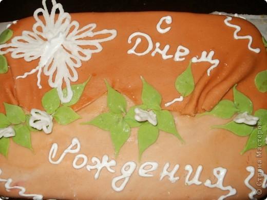 Знакомая недавно попросила приготовить торт на День рождения её дочери.Очень боялась браться за такую работу! Одно дело печь торты для своей семьи и совсем другое на заказ,тем более что заказчица очень привередливая! Бисквит и масляный крем были отвергнуты сразу! Украшений-минимум!  фото 1