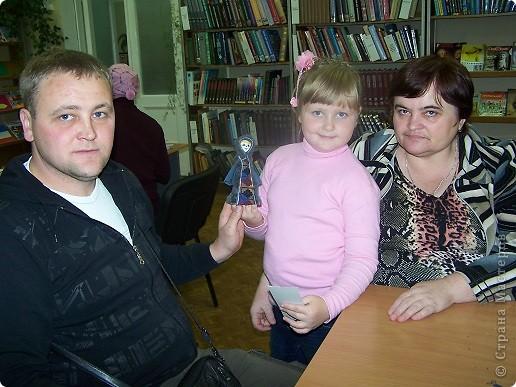 """Дочка уговорила всю семью с ней пойти в клуб рукоделия """"Домовенок"""", где сегодня коллективно мастерили саамских кукол...Это наша. фото 3"""