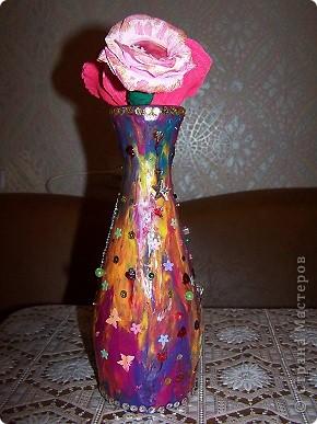 """Бутылка попалась из-под вина формой похожая на вазу и заработала фантазия. Сначала мы все облепили пластилином, выровняли. Потом украсили всем, что душа просила - пайетки, бусинки,бисер. В центр приклеили фото, его тоже украсили бисером и немного """"поблестили"""" лаком для ногтей с блестками. Ну а в конце все покрыли лаком. Вот и все. фото 2"""