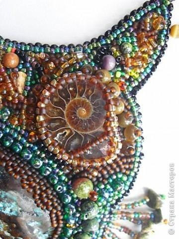 Для создания колье использованы камушек - малахит в породе, аммонит, бусины кошачьего глаза, змеевика, сколы яшмы. фото 3