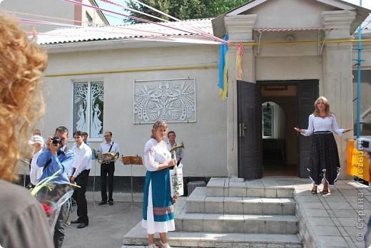 """Что такое """"вытынанка"""", знают все, кто любит вырезать из бумаги. И все же никто не знает о вытынанке всего. Да и само содержание понятия """"вытынанка""""  вызывает споры и дискуссии. Но популярность этого вида декоративно-прикладного искусства растет во многих странах мира.     С 7 по 12 сентября в городе Могилеве-Подольском Винницкой области (Украина) проходил 1 Международный (5 Всеукраинский)  праздник """"Украинская вытынанка"""", на который съехались около 50 мастеров из 5-ти стран -Украины, Белоруссии, Литвы, России и Молдовы.     На фото запечатлена коллективная работа участников форума - храм, сложенный из кирпичиков-вытынанок, вырезанных и подписанных  каждым мастером. фото 4"""