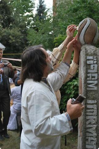 """Что такое """"вытынанка"""", знают все, кто любит вырезать из бумаги. И все же никто не знает о вытынанке всего. Да и само содержание понятия """"вытынанка""""  вызывает споры и дискуссии. Но популярность этого вида декоративно-прикладного искусства растет во многих странах мира.     С 7 по 12 сентября в городе Могилеве-Подольском Винницкой области (Украина) проходил 1 Международный (5 Всеукраинский)  праздник """"Украинская вытынанка"""", на который съехались около 50 мастеров из 5-ти стран -Украины, Белоруссии, Литвы, России и Молдовы.     На фото запечатлена коллективная работа участников форума - храм, сложенный из кирпичиков-вытынанок, вырезанных и подписанных  каждым мастером. фото 5"""