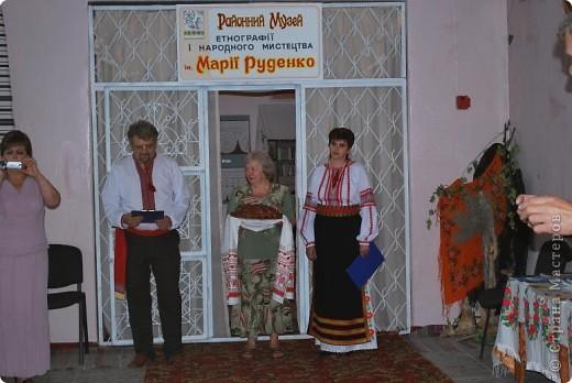 """Что такое """"вытынанка"""", знают все, кто любит вырезать из бумаги. И все же никто не знает о вытынанке всего. Да и само содержание понятия """"вытынанка""""  вызывает споры и дискуссии. Но популярность этого вида декоративно-прикладного искусства растет во многих странах мира.     С 7 по 12 сентября в городе Могилеве-Подольском Винницкой области (Украина) проходил 1 Международный (5 Всеукраинский)  праздник """"Украинская вытынанка"""", на который съехались около 50 мастеров из 5-ти стран -Украины, Белоруссии, Литвы, России и Молдовы.     На фото запечатлена коллективная работа участников форума - храм, сложенный из кирпичиков-вытынанок, вырезанных и подписанных  каждым мастером. фото 10"""