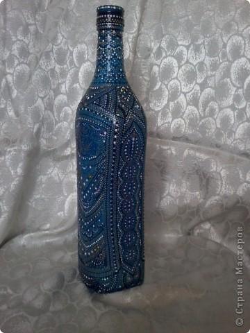 Бутылка покрыта витражной краской, узор нанесен контуром по стеклу. фото 1