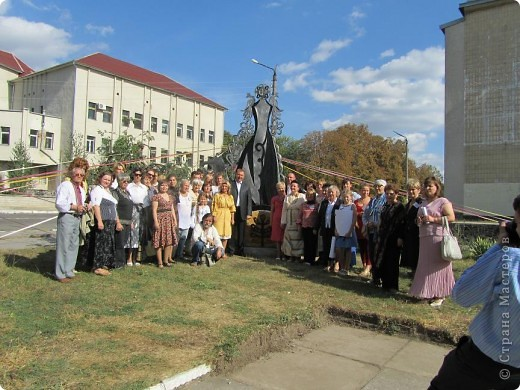 """Что такое """"вытынанка"""", знают все, кто любит вырезать из бумаги. И все же никто не знает о вытынанке всего. Да и само содержание понятия """"вытынанка""""  вызывает споры и дискуссии. Но популярность этого вида декоративно-прикладного искусства растет во многих странах мира.     С 7 по 12 сентября в городе Могилеве-Подольском Винницкой области (Украина) проходил 1 Международный (5 Всеукраинский)  праздник """"Украинская вытынанка"""", на который съехались около 50 мастеров из 5-ти стран -Украины, Белоруссии, Литвы, России и Молдовы.     На фото запечатлена коллективная работа участников форума - храм, сложенный из кирпичиков-вытынанок, вырезанных и подписанных  каждым мастером. фото 12"""