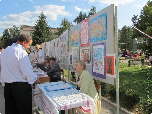 """Что такое """"вытынанка"""", знают все, кто любит вырезать из бумаги. И все же никто не знает о вытынанке всего. Да и само содержание понятия """"вытынанка""""  вызывает споры и дискуссии. Но популярность этого вида декоративно-прикладного искусства растет во многих странах мира.     С 7 по 12 сентября в городе Могилеве-Подольском Винницкой области (Украина) проходил 1 Международный (5 Всеукраинский)  праздник """"Украинская вытынанка"""", на который съехались около 50 мастеров из 5-ти стран -Украины, Белоруссии, Литвы, России и Молдовы.     На фото запечатлена коллективная работа участников форума - храм, сложенный из кирпичиков-вытынанок, вырезанных и подписанных  каждым мастером. фото 13"""