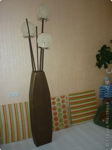 Вот такая ваза- светильник получилась,муж говорит очень большая,дочка посоветовала нанести рисунок черной краской,а ваше мнение,что с ней сделать?На заднем фоне квадраты-картины на стену из ткани...еще не повесила...
