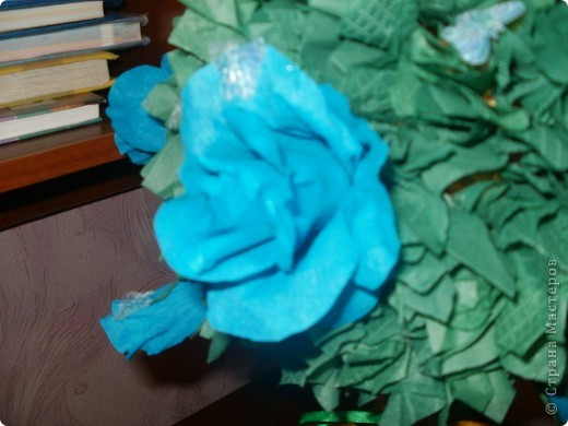 Купила новую гофробумагу голубого цвета и сразу рашила сделать розовое дерево! Работа шла легко и быстро,поэтому через 6 часов результат был налицо! фото 3
