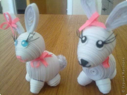 Это мои зайчата. Долго искала в СМ подходящих зайцев, потом увидела мягкую игрушку и попробовала скрутить из полосок похожего зайчика.  фото 2