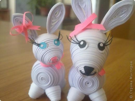 Это мои зайчата. Долго искала в СМ подходящих зайцев, потом увидела мягкую игрушку и попробовала скрутить из полосок похожего зайчика.  фото 1