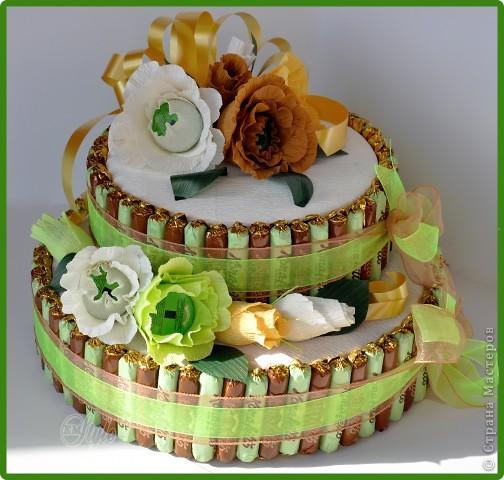 Конфетный торт. Выполнен на заказ. Делала впервые. Основа - коробки с датским печеньем. Вес 3,300 кг. Очень большой и красивый))) - жалко было отдавать) Идея взята на просторах интернета. фото 1