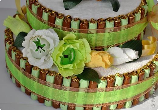 Конфетный торт. Выполнен на заказ. Делала впервые. Основа - коробки с датским печеньем. Вес 3,300 кг. Очень большой и красивый))) - жалко было отдавать) Идея взята на просторах интернета. фото 2
