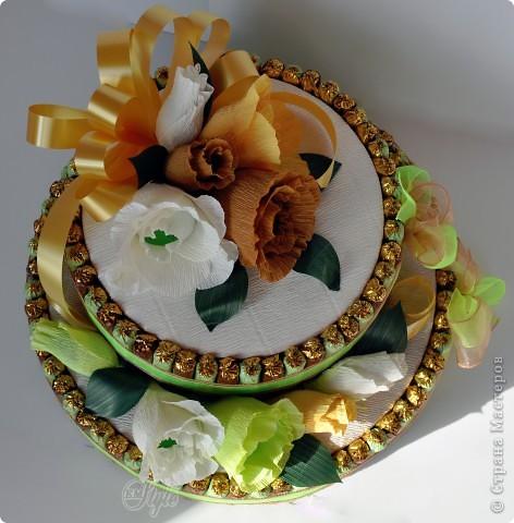 Конфетный торт. Выполнен на заказ. Делала впервые. Основа - коробки с датским печеньем. Вес 3,300 кг. Очень большой и красивый))) - жалко было отдавать) Идея взята на просторах интернета. фото 4
