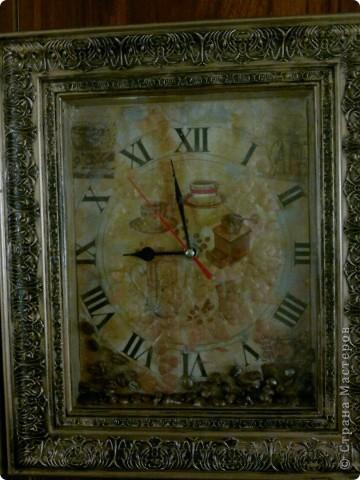 Купила мама на кухню себе часы. К сожалению я не сфотографировала их, но изображена была коричневая ваза с сиренью и пяток мелких фруктов на белом фоне. Проблема возникла, когда часы повесили, стрелки слились с картинкой. Первоначально они были черные, потом мы их покрасили в белый цвет, красный и даже синий, но все равно сливались. Тогда я решила сделать просто другой фон у часов, а стрелкам вернуть первоначальный цвет-черный. фото 3