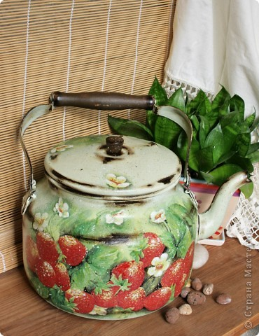"""Хочу поделится с вами чайником, который я делала для конкурса """"Федорина радость """" на я.ру Был обычный алюминиевый чайник ( утыриный с дачи вместе с прочим """"хламом"""" :) , а стал кашпо для цветов или леечкой ( еще не определилась пока ) фото 1"""