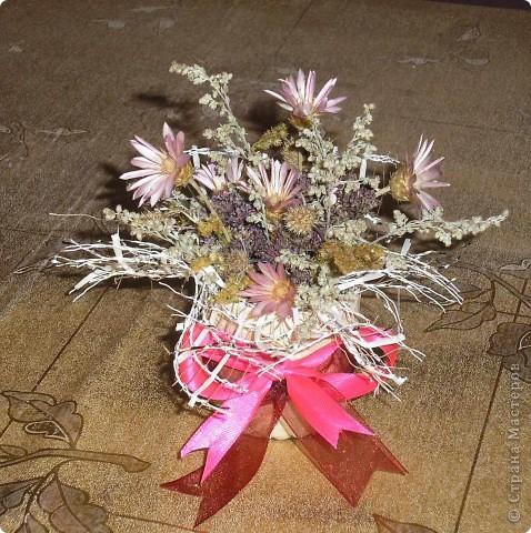 В школе устраивали день поделок из различных материалов (осенних), вот и я с дочкой за вечер сделали  экибанку из цветов. фото 2