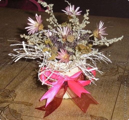 В школе устраивали день поделок из различных материалов (осенних), вот и я с дочкой за вечер сделали  экибанку из цветов. фото 1