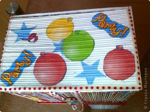 Просто коробочка, обклеенная журнальными трубочками ярких цветов. В ней можно хранить открытки, документы и т.д. А можно в качестве подарка, а внутрь положить что-нибудь (конфеты, игрушки, фломастеры...) фото 2