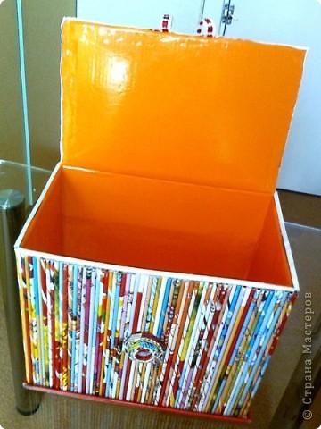 Просто коробочка, обклеенная журнальными трубочками ярких цветов. В ней можно хранить открытки, документы и т.д. А можно в качестве подарка, а внутрь положить что-нибудь (конфеты, игрушки, фломастеры...) фото 3