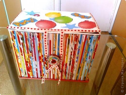 Просто коробочка, обклеенная журнальными трубочками ярких цветов. В ней можно хранить открытки, документы и т.д. А можно в качестве подарка, а внутрь положить что-нибудь (конфеты, игрушки, фломастеры...) фото 1