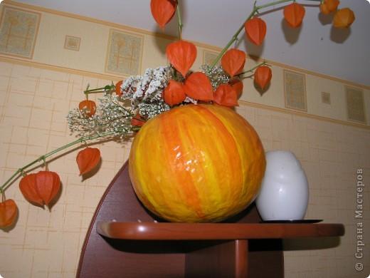 Вот такую тыкву-вазу я сделала по МК Наталии Плесак. Большое ей спасибо! На яблочки пока времени нет, поэтому пока в ней стоит букет из сухих цветов и физалиса. фото 1