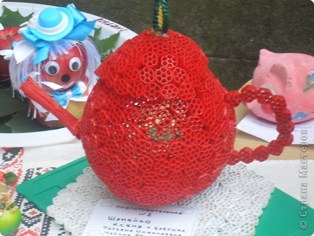 этот чайник из макарон мы сделали с внучкой в садик на выставку,посвященной яблочному спасу