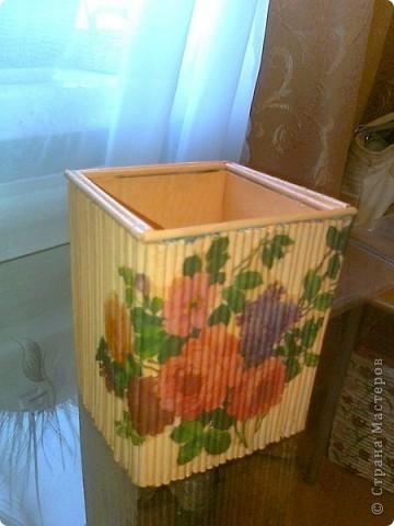 Просто коробочка, обклеенная журнальными трубочками ярких цветов. В ней можно хранить открытки, документы и т.д. А можно в качестве подарка, а внутрь положить что-нибудь (конфеты, игрушки, фломастеры...) фото 7
