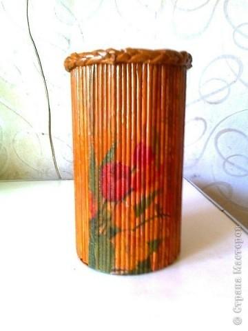 Просто коробочка, обклеенная журнальными трубочками ярких цветов. В ней можно хранить открытки, документы и т.д. А можно в качестве подарка, а внутрь положить что-нибудь (конфеты, игрушки, фломастеры...) фото 6